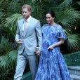 Meghan Markle, durante viagem a Marrocos, usou um longo Carolina Herrera azul de quase R$ 16 mil