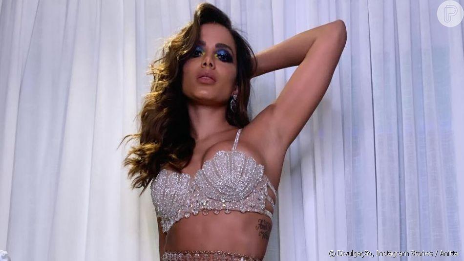 Anitta aposta em look repleto de cristais para festa de 26 anos