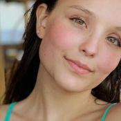 De biquíni, Larissa Manoela curte folga de gravações de novela na piscina. Vídeo