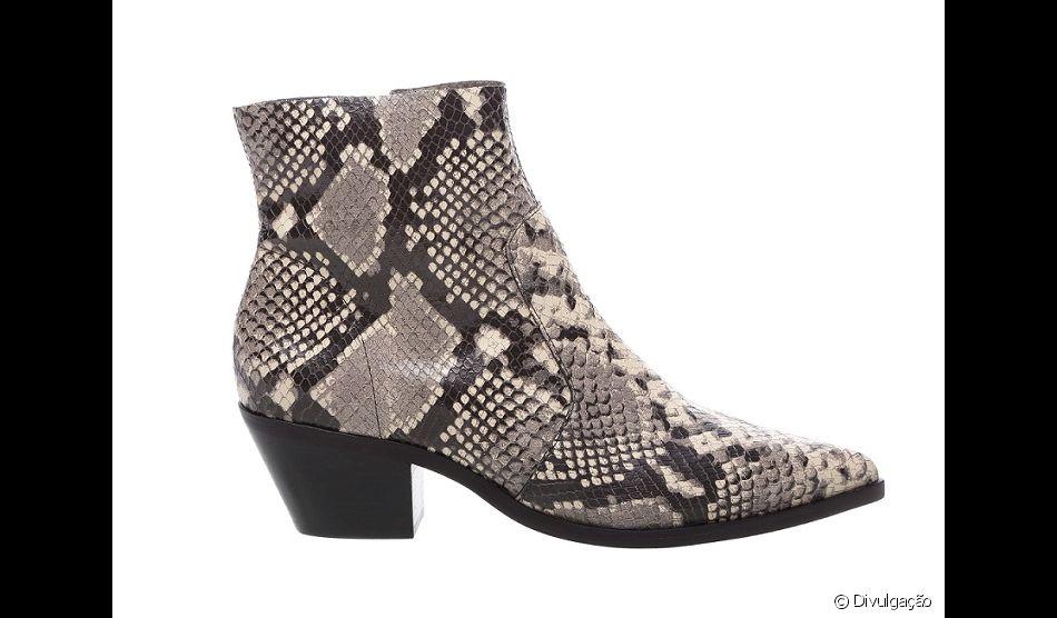 A ankle boot de couro e estampa de cobra da Arezzo custa R$379,90
