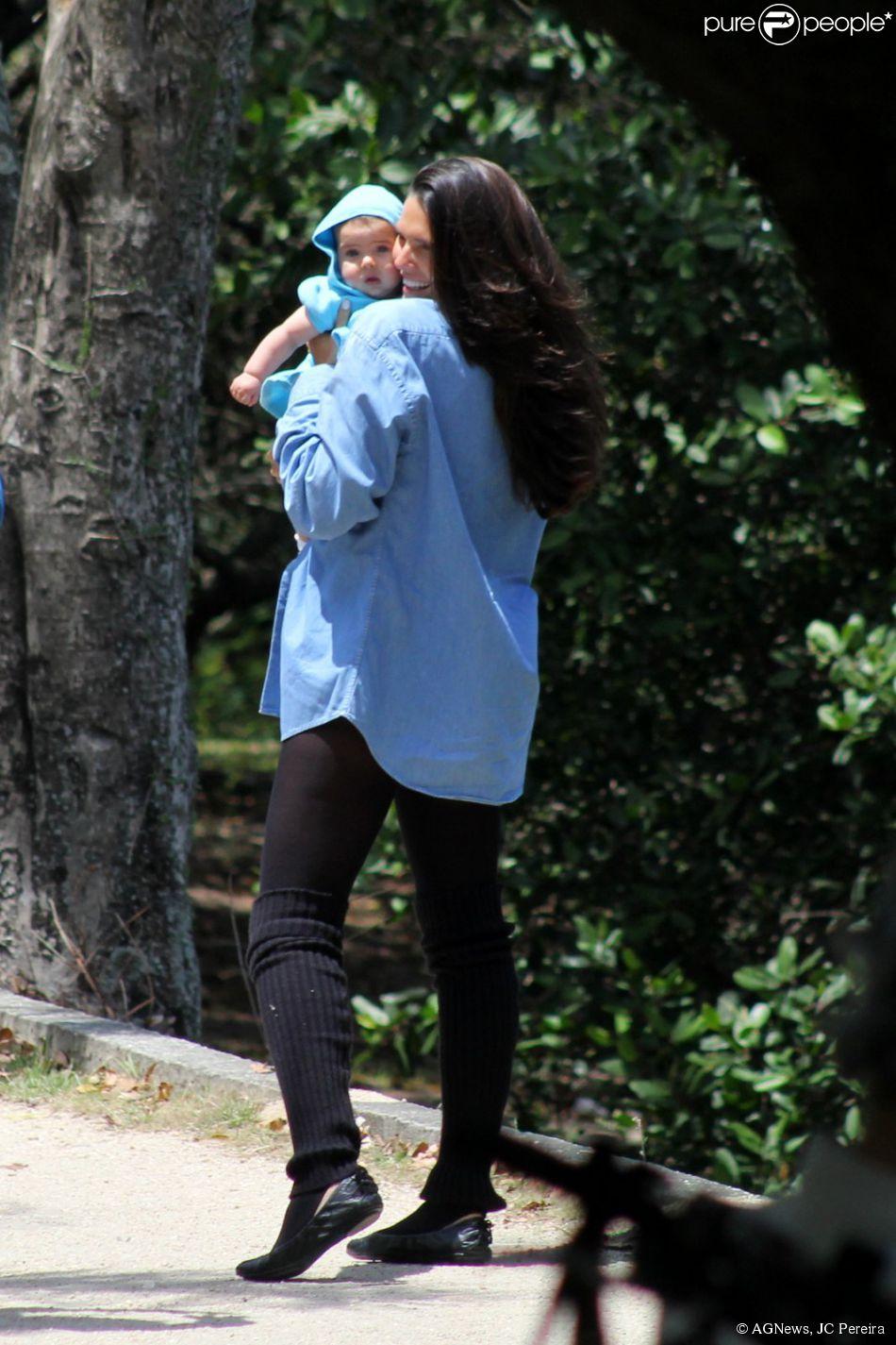 Daniella Sarahyba levou a filha caçula, Rafaella, de 5 meses, para passear na Lagoa Rodrigo de Freitas, na Zona Sul do Rio de Janeiro