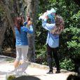 Daniella Sarahyba levou a filha caçula, Rafaella, de 5 meses, para passear na Lagoa Rodrigo de Freitas, na Zona Sul do Rio de Janeiro. Acompanhada por uma babá, a modelo fez pose para várias fotos segurando sua bebê
