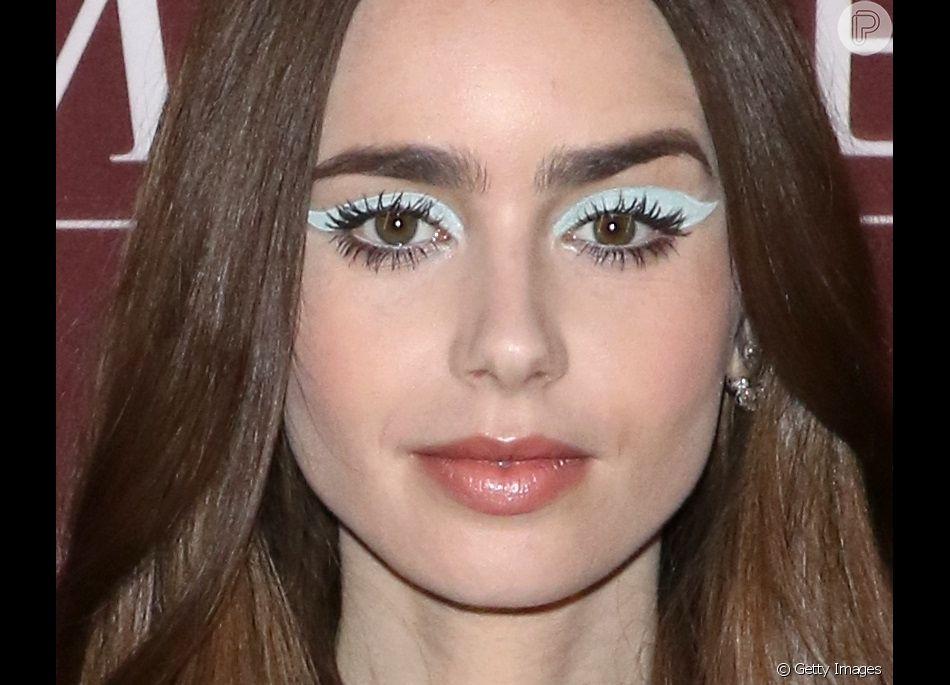 O maquiador Vincent Oquendo fez uma maquiagem com formato gatinho nos olhos de Lily Collins. A atriz ficou com um look bem anos 60