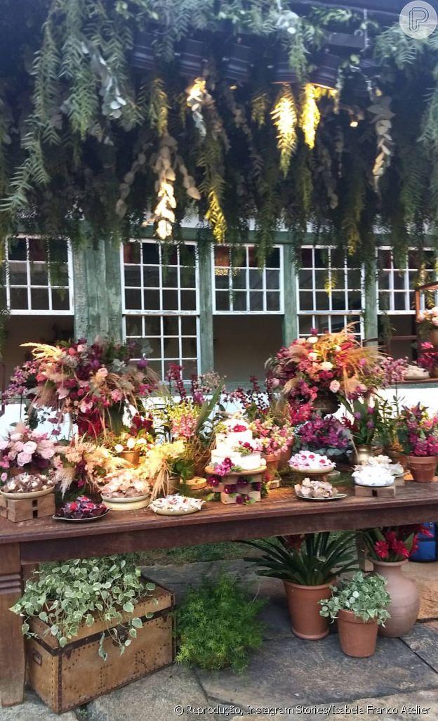 Flores dominaram a decoração do casamento de Cauã Reymond e Mariana Goldfarb