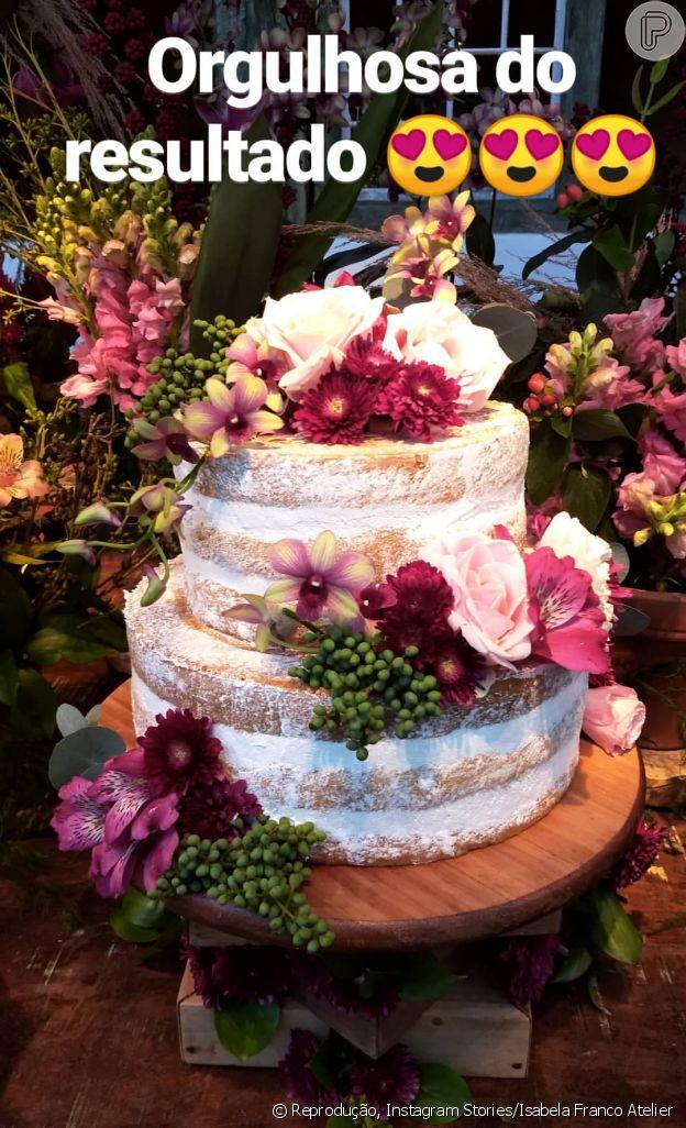 O bolo de casamento de Cauã Reymond e Mariana Goldfarb foi repleto de flores