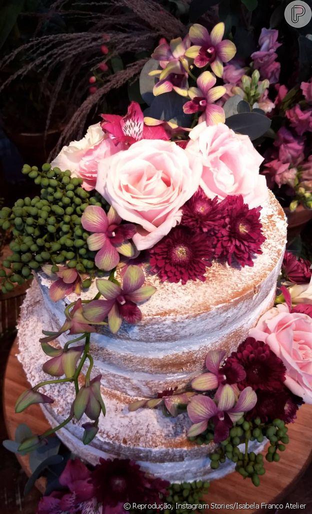 Flores naturais foram usadas no bolo de casamento