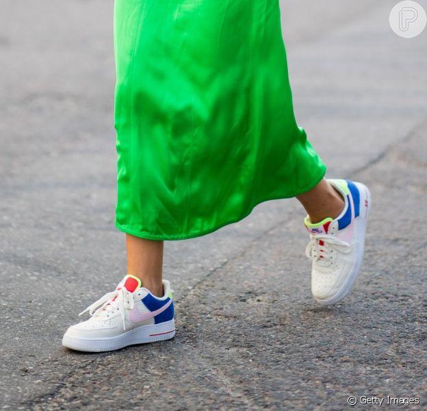 O tênis esportivo invadiu os looks casuais com muito estilo e você pode apostar nele como peça-chave do visual sport chic ou com peças que não fazem a linha esportiva, rendendo produções mais fashion