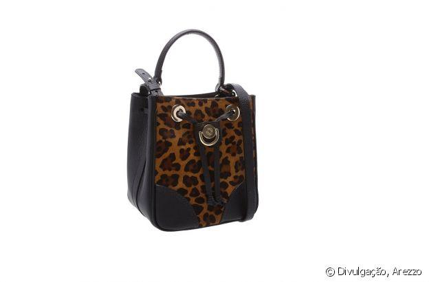 A bolsa tiracolo com estampa leopardo em pelos é perfeita para um look de inverno mais fashion