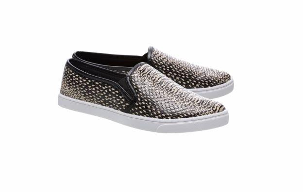 O tênis slip on com estampa de cobra da Arezzo é confortável e fashion para o dia a dia. o modelo está à venda por R$169,90