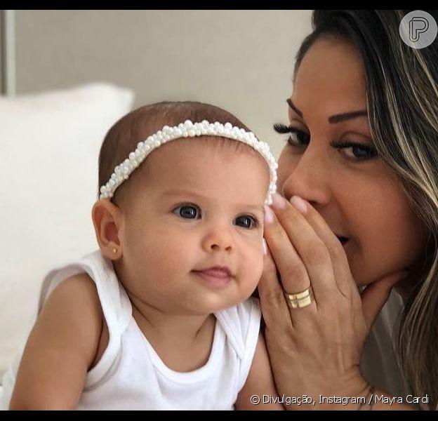 Mayra Cardi postou foto em aparece cochichando no ouvido da filha, Sophia, nesta quinta-feira, 25 de abril de 2019