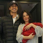 Isis Valverde posta foto amamentando o filho, Rael, de 5 meses: 'Bem grandinho'