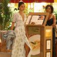 Bruna Marquezine escolheu um vestido floral com uma fenda na parte da frente aliado a um decote e manga bufante