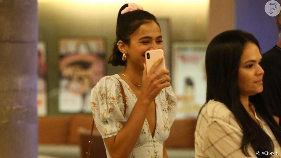 Bruna Marquezine usa vestido com pegada girlie para passear no shopping com a família