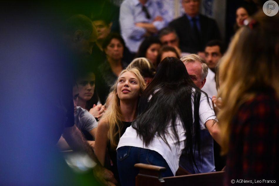 Isabelle Bittencourt, filha de Carol Bittencourt, familiares e amigos foram à missa de sétimo dia da morte da modelo nesta segunda-feira (06), na Paróquia Nossa Senhora do Brasil
