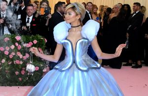 Zendaya se transforma em Cinderela em vestido com efeito especial! Veja Vídeo