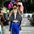 No desfile da Louis Vuitton que apresenta a coleção resort 2010, os ombros arredondados e calça alfaiataria com pregas