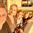 Angélica posa ao lado do marido, Luciano Huck, e os filhos, Joaquim, Benício e Eva
