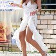 Juliana Paes usa fenda profunda em vestido branco rendado