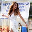 Juliana Paes usa sapato de salto com brilho