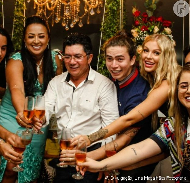 Whindersson Nunes e Luísa Sonza brindam com familiares do youtuber no aniversário da mãe dele nesta quinta-feira, dia 17 de maio de 2019