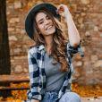 O look de festa junina com camisa xadrez P&B pode ficar ainda mais estiloso com chapéu