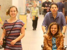 Filha de Claudia Rodrigues sorri com a mãe em passeio e fãs tietam atriz. Fotos!