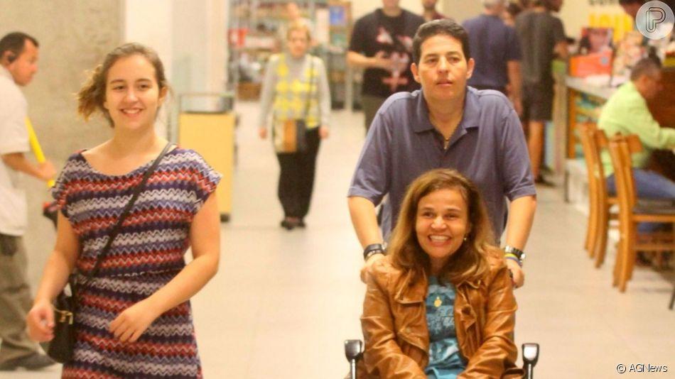 Claudia Rodrigues fez um passeio com a filha, Iza, e a empresária, Adriane Botelho, em shopping do Rio de Janeiro, na noite desta quarta-feira, 22 de maio de 2019