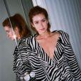 Marina Ruy Barbosa aposta em vestido de zebra para look noturno