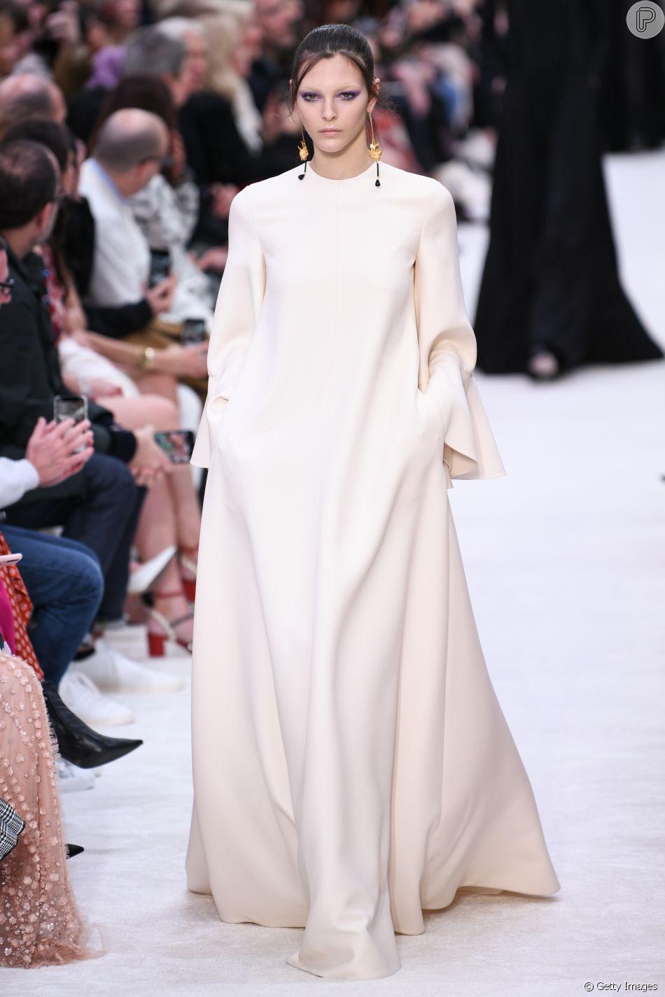 Look amplo e superminimalista da passarela da Valentino