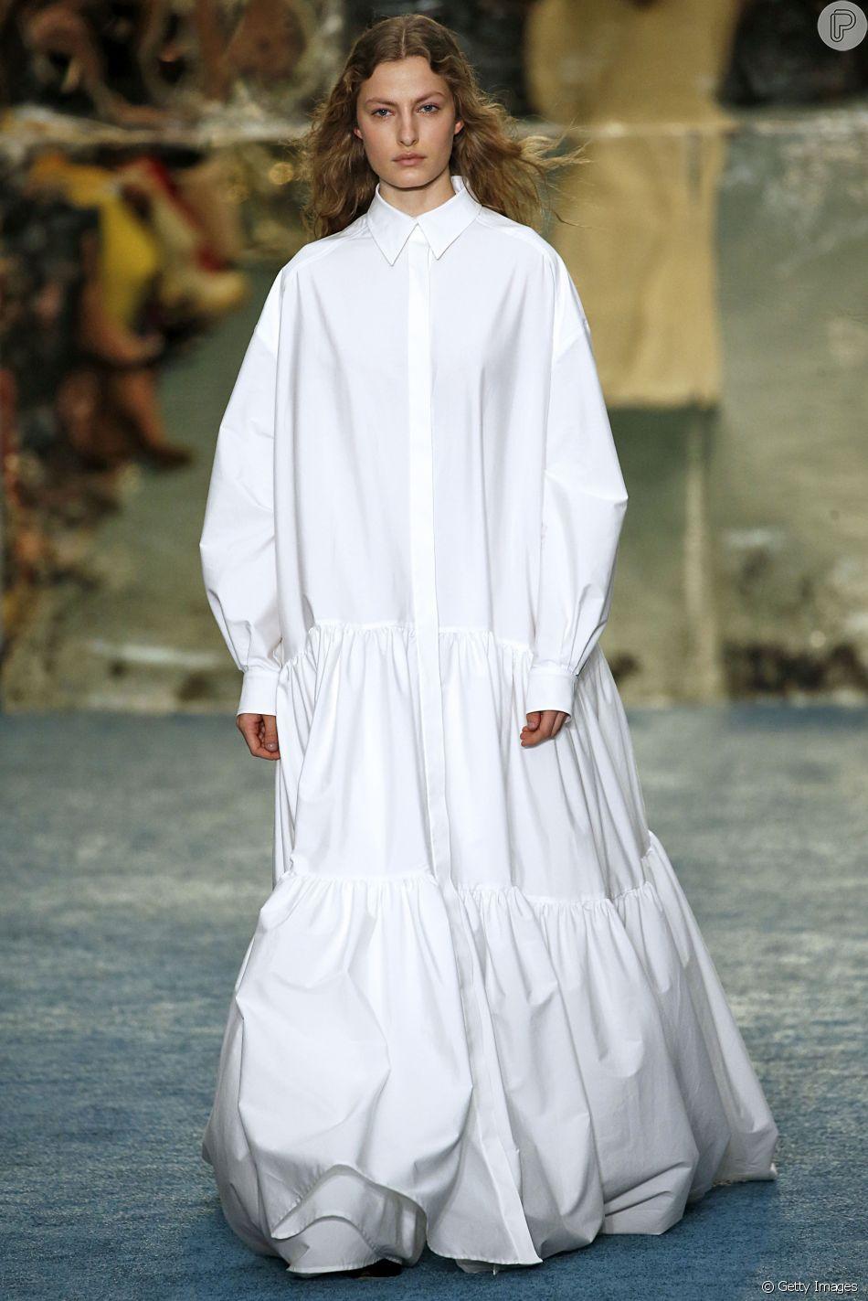 Visual em estilo camisa oversized de Carolina Herrera