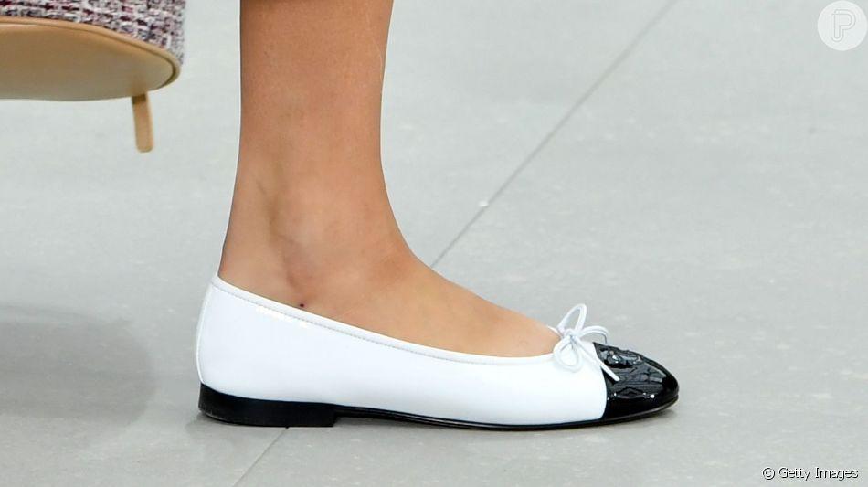 A Chanel traz de volta sua clássica sapatilha bicolor