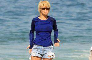 Nanda Costa exibe novo visual após adotar cabelo loiro em praia com a namorada