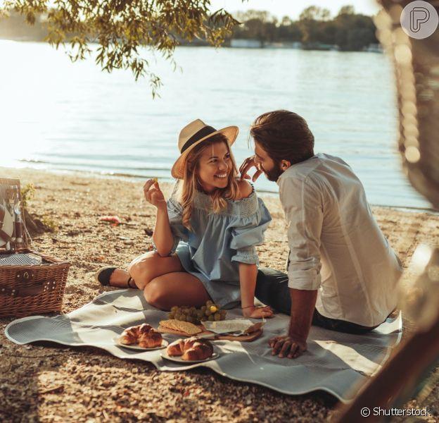 Se você está sem dinheiro, fazer um piquenique com o parceiro em um local agradável é uma boa aposta