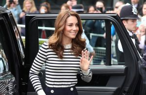 Depois de vestido princesa, Kate Middleton esbanja elegância em look off white