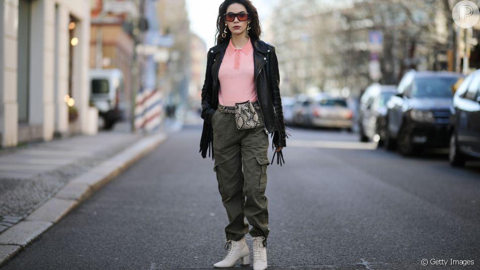 A calça cargo está de volta às tendências e pode ser combinada com botas e jaqueta de couro para o inverno