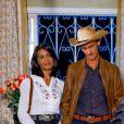 Pais da Mirela (Larissa Manoela) aparecem no meio do jantar na novela 'As Aventuras de Poliana'