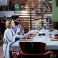 Casais se reúnem para jantar na casa de Luísa (Thaís Melchior) na novela 'As Aventuras de Poliana'