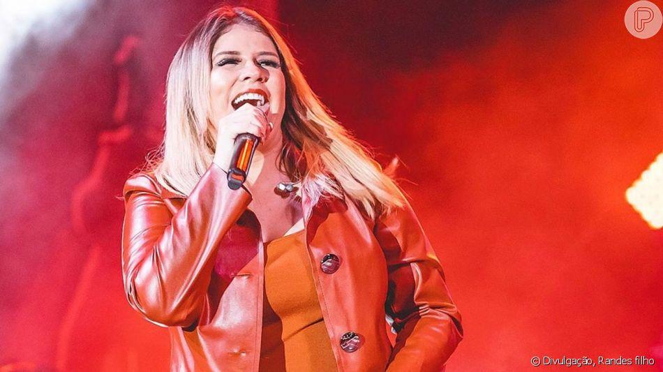Marilia Mendonça aposta em conjuntinho com casaco longo em show nesta quinta-feira, dia 14 de junho de 2019