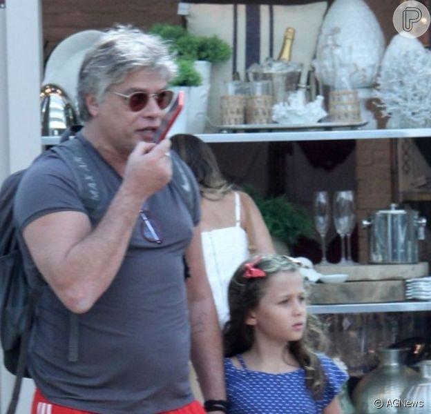 Fabio Assunção se divertiu em momento de pai e filho com a caçula, Ella Felipa, de 10 anos, ao dançar com a menina música dos Jonas Brothers