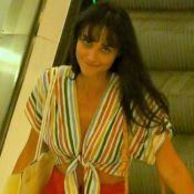 Débora Nascimento aposta em cropped de nó colorido e pantacourt ao ir às compras