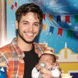 Bruno Guedes, da novela 'Topíssima', posou com o filho, Zion ao completar o primeiro mês do menino