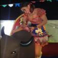 Anitta brincou de touro mecânico em festa