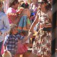 Dira Paes surgiu de Maria Chiquinha e vestido estampado na festa junina ao lado do filho Martim