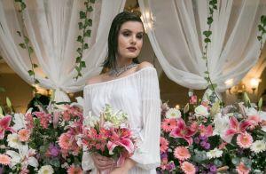 Ombro a ombro e saia plissada: o vestido de noiva de Camila Queiroz em novela