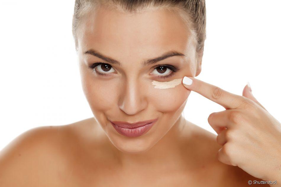 Depois de hidratar a pele, você deve aplicar um protetor solar para o rosto, que pode ser incolor ou com cor. Nesse caso, ele serve como base de maquiagem também