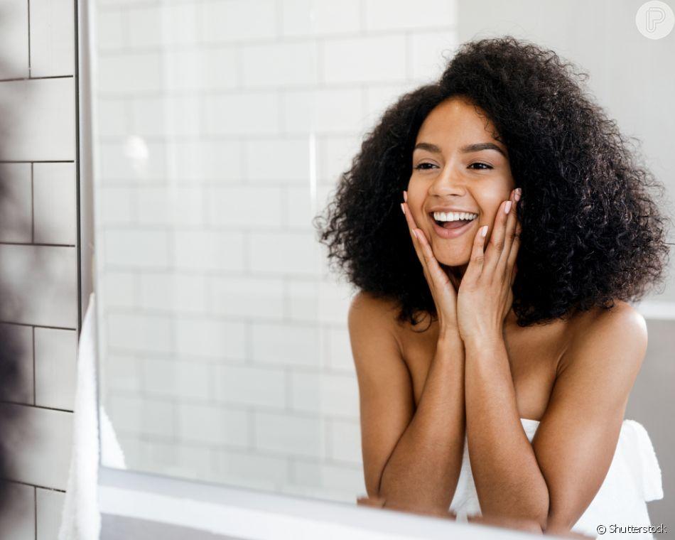 Ter uma rotina de cuidados com a pele do rosto pela manhã e à noite é fundamental