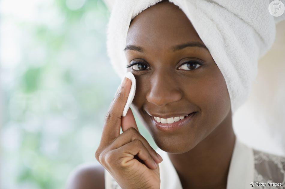 À noite, o primeiro passo de cuidados com a pele é remover a maquiagem com demaquilante ou água micelar