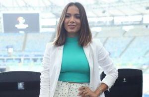 Anitta dá toque divertido a office look para coletiva da Copa América. Fotos!
