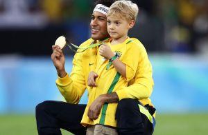 Neymar se diverte com o filho em festa e Carol Dantas brinca: 'Creche do papai'