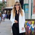 Heidi Klum veste look em alfaitaria P&B e complementa com tênis